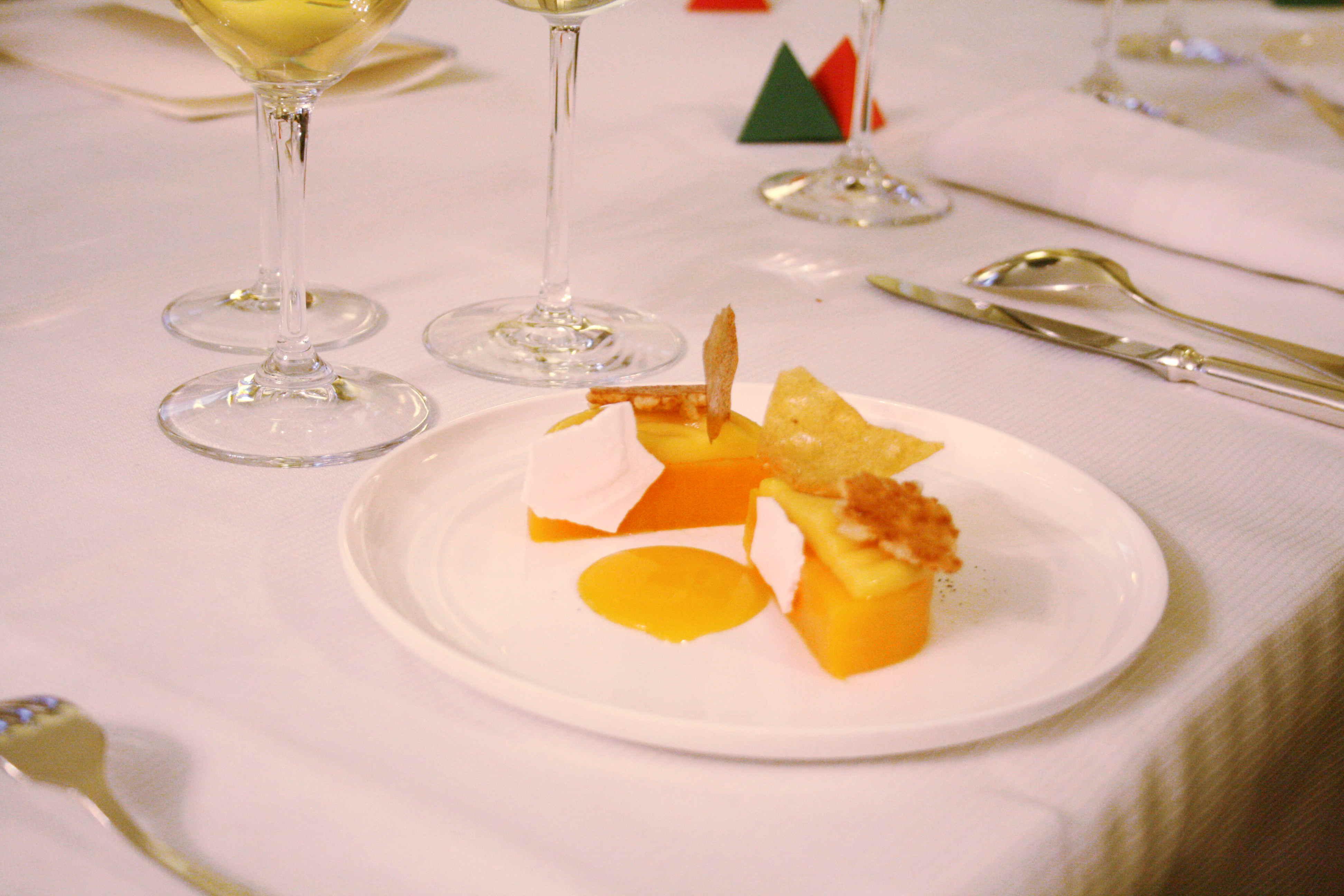 Meringue givrée à la mangue rôtie, vinaigre de mangue et poivre