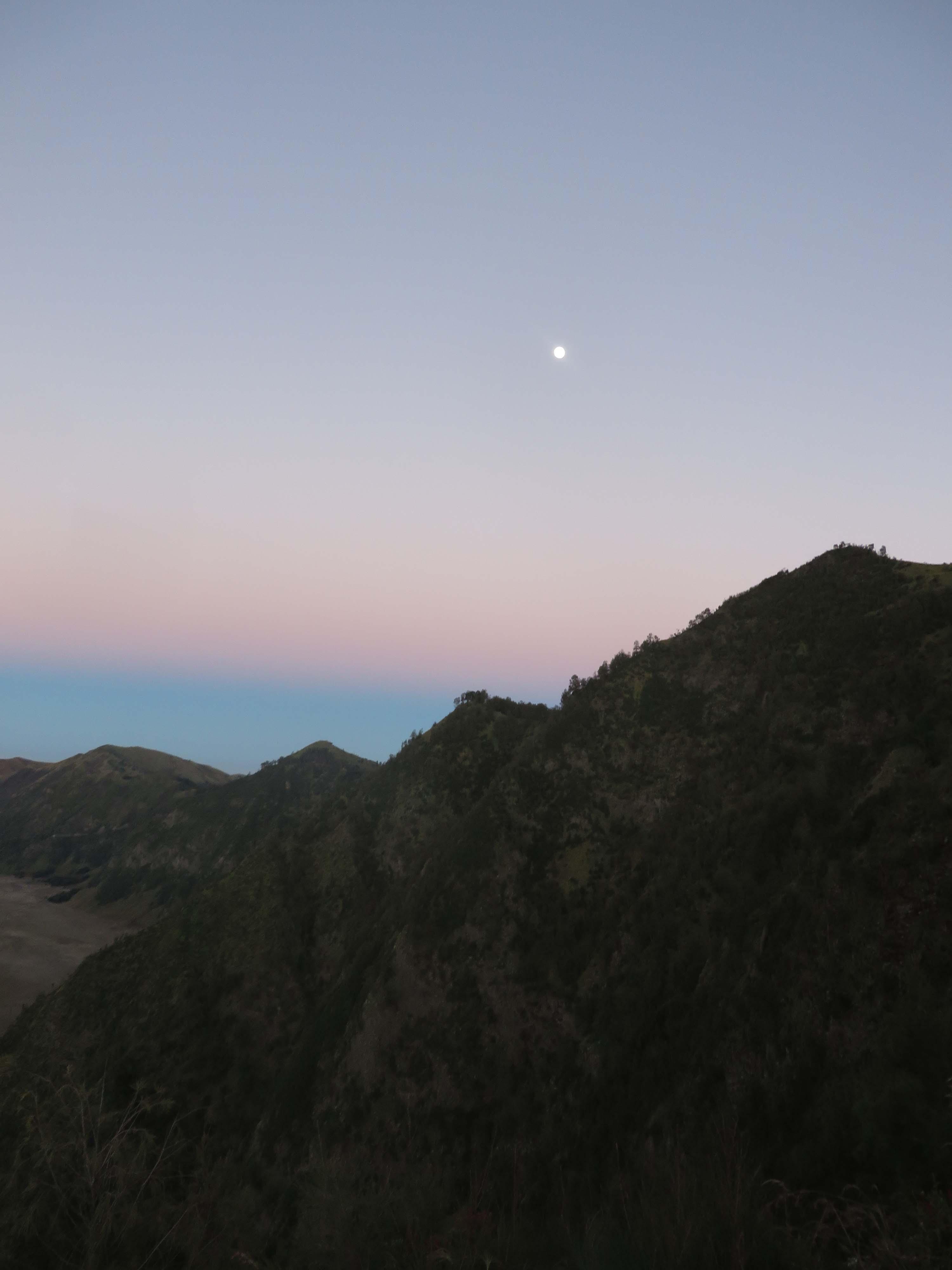 La lune sur Bromo