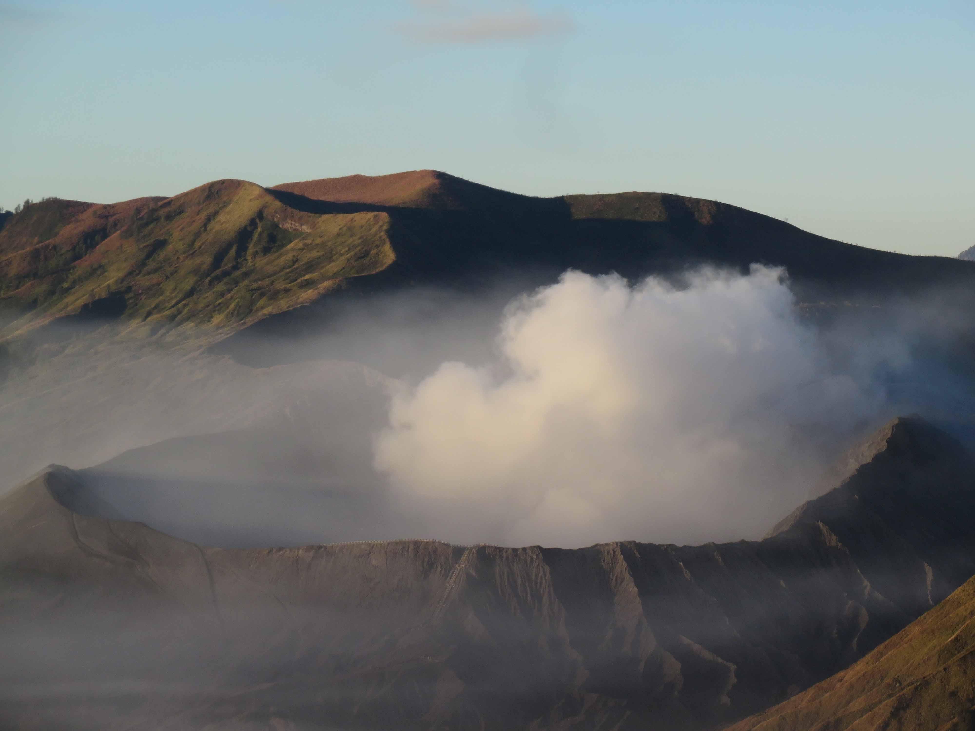 Zoom sur le cratère fumant